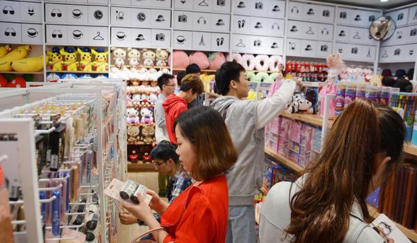 作为一家十元店的经营者,要如何吸引年轻消费者?